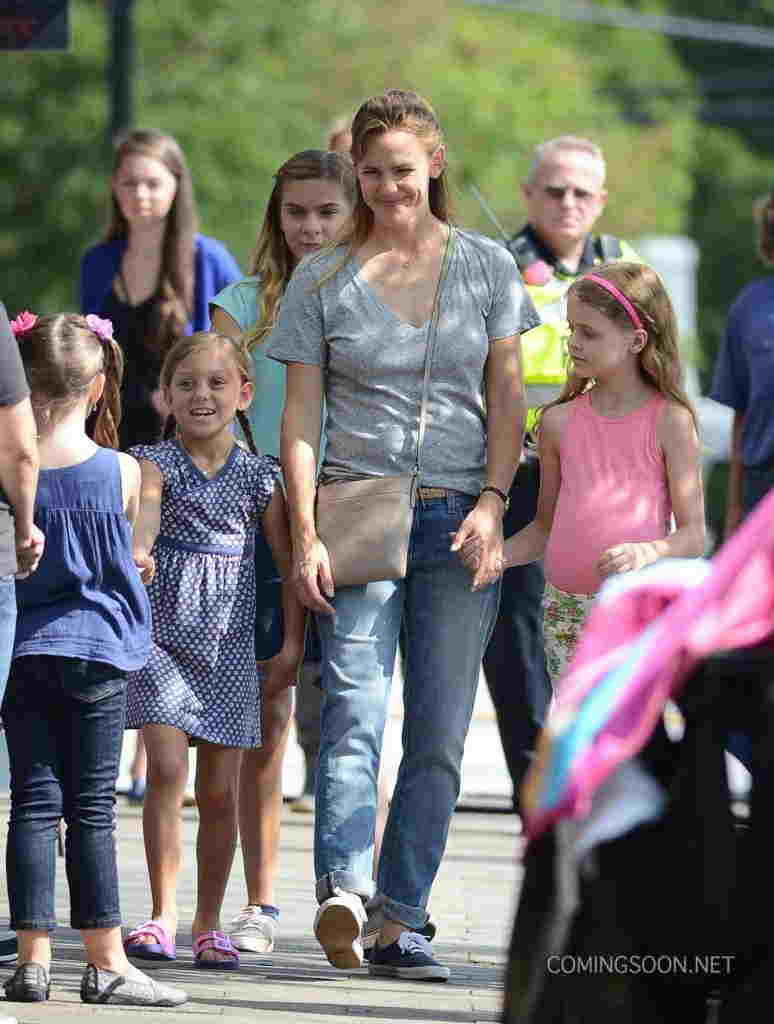 "51820650 Actress Jennifer Garner films a scene with Kylie Rogers on the set of ""Miracles From Heaven"" on August 11, 2015 in Atlanta, Georgia. FameFlynet, Inc - Beverly Hills, CA, USA - +1 (818) 307-4813"